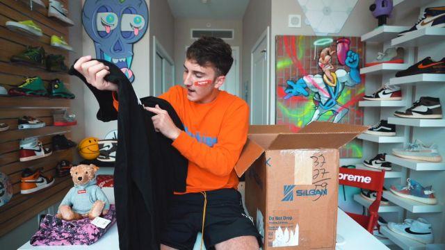 L'écharpe rouge Supreme x Louis Vuitton de Harrison Nevel dans la vidéo I Bought A Sketchy $3000 Supreme Collection Off eBay...
