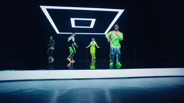 The sweater Balenciaga of Anual AA in her video clip China avecDaddy Yankee, Karol G, Ozuna & J Balvin
