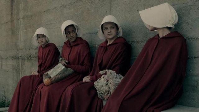 The costume of June Osborne (Elisabeth Moss) in The Handmaid''s Tale : the handmaid's tale (S01E02)