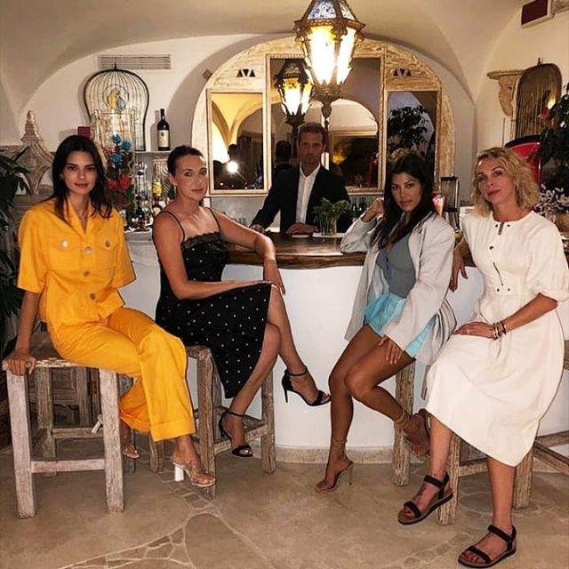 George Keburia Taille Haute Détail de la Poche de la Jambe Droite Pantalons portés par Kendall Jenner, Kourtney Kardashian Instagram, 28 juillet 2019