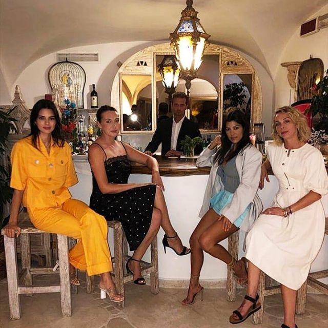 George Keburia à Manches Courtes en Lin Shirt porté par Kendall Jenner, Kourtney Kardashian Instagram, 28 juillet 2019