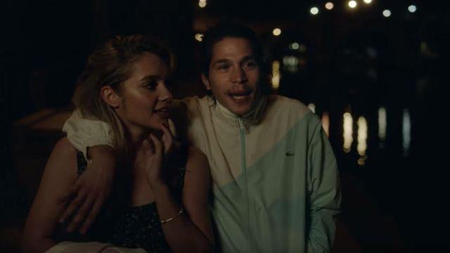 La veste de survêtement blanc et bleu clair géométrique portée par Moha La Squale dans son clip Ma belle