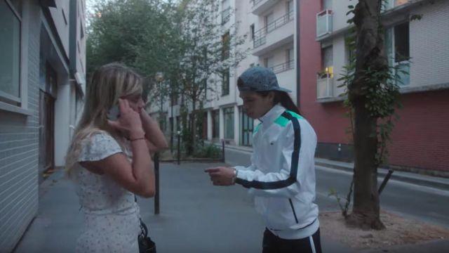La veste blanche de survêtement Lacoste avec rayures vertes portée par Moha La Squale dans son clip Ma belle