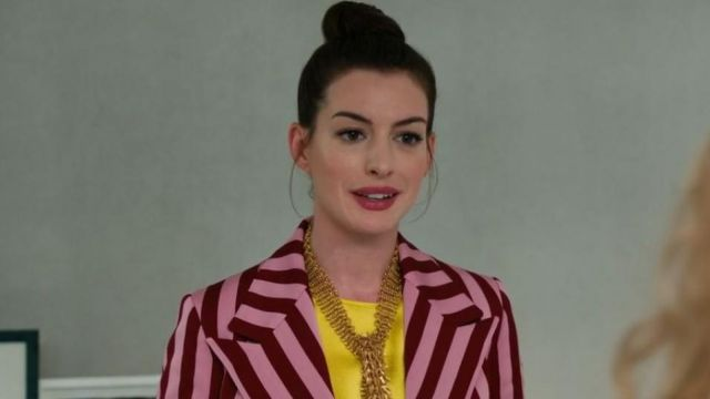Le blazer rayé de Josephine Chesterfield (Anne Hathaway) dans Le Coup du siècle
