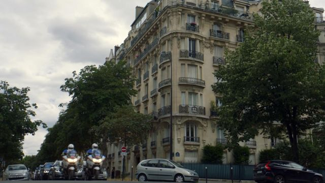 The parisian building of the car ride in the series Jack Ryan (Season 01 Episode 03)