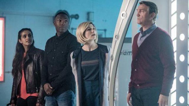 Le t-shirt à bande arc-en-ciel porté par The Doctor (Jodie Whittaker) dans Doctor Who (S11E07)