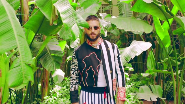 La veste à motif asymétrique de Maluma dans le clip Hola Señorita ft. Maître Gims