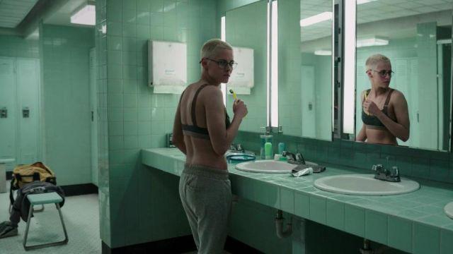 Gris jogger pantalon porté par Norah (Kristen Stewart) dans le sous-marin