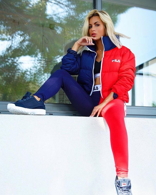 The down jacket Fila blue and red worn by Carla Moreau on