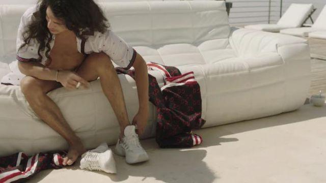 Les sneakers blanches portées par Moha la Squale dans son clip Ma Belle