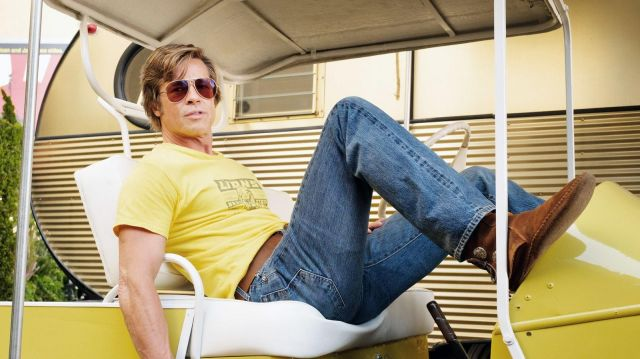 The ankle boots in brown suede with two buttons, worn by Cliff Booth (Brad Pitt) in the film Once Upon a Time... in Hollywood
