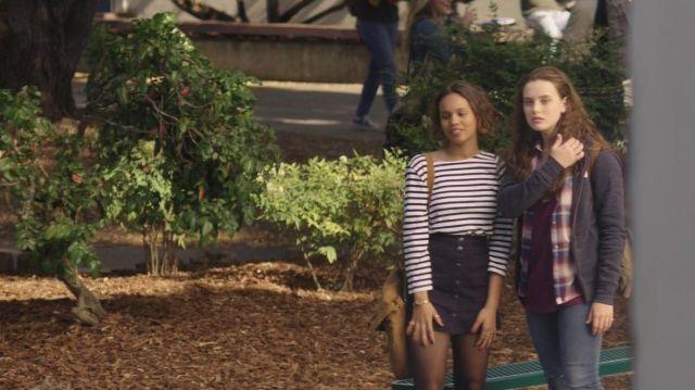 Skirt navy blue Jessica Davis (Alisha Boe) in 13 Reasons Why S01E02