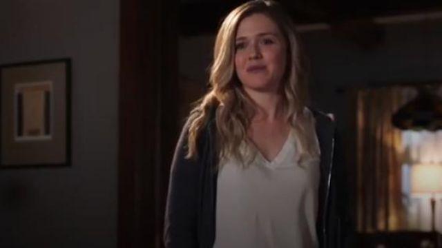 Splendid white classic V neck tee worn by Cassie Bishop (Harriet Dyer) in The InBetween (S01E06)