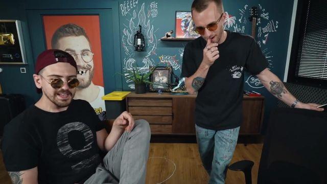 Le T-shirt noir à manches courtes de Squeezie dans la vidéo YouTube Qui fera le meilleur hit de l'été ?