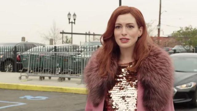 Rose manteau avec col de fourrure porté par Lexi (Anne Hathaway) dans l'Amour Moderne (S01)