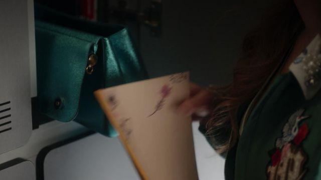 The handbag turquoise blue Lu (Danna Paola) in Elite S01E07