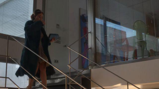 The long coat in faux fur blue Lu (Danna Paola) in Elite (S02E07)