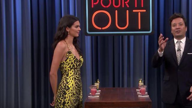 Versace Robe Jaune de la station de 2020 collection porté par Kendall Jenner dans Le Tonight Show Starring Jimmy Fallon