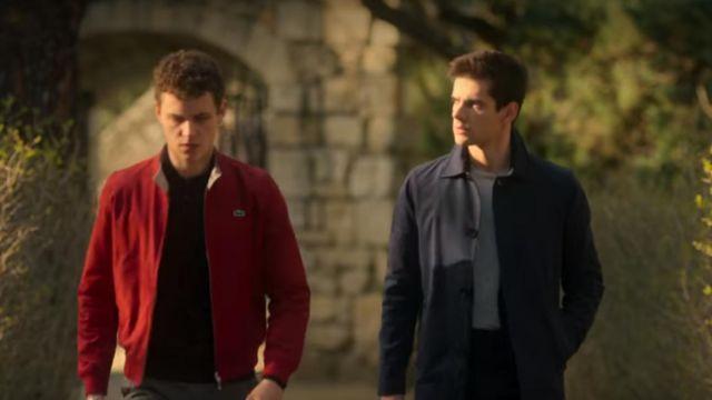 The trench coat bleau navy Polo (Álvaro Rico) in Elite (S02E02)