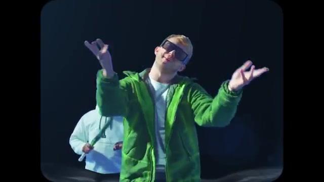 La veste verte portée par Vald dans son clip Elévation de Vladimir Cauchemar & Vald