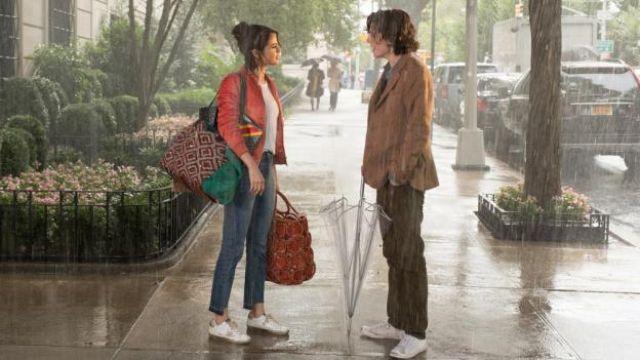 Golden Goose baskets blanches avec des étoiles portés par Shannon (Selena Gomez), dans Un Jour de pluie à New York