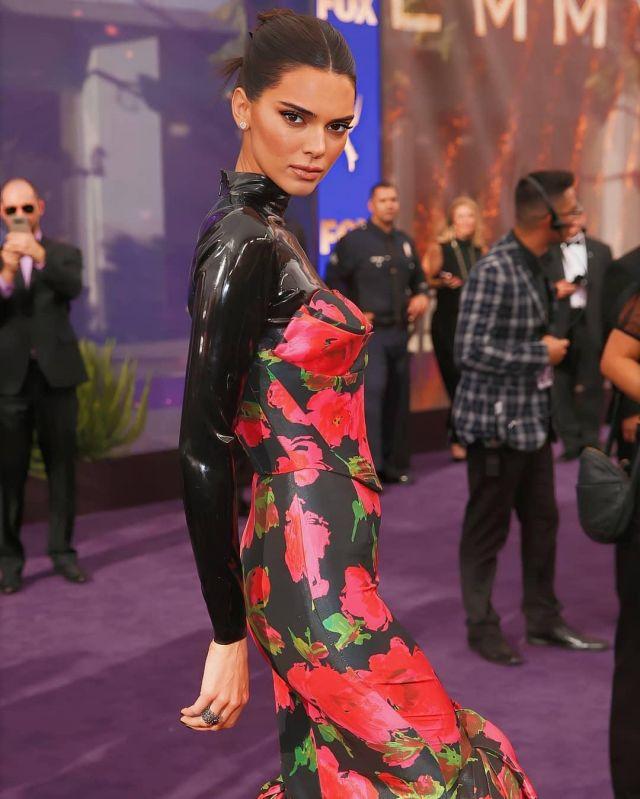 Body noir en latex porté par Kendall Jenner lors de la 71ème édition des Emmy awards