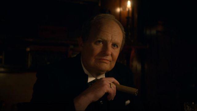 La chevalière en or de Winston Churchill (Andy Nyman) dans Peaky Blinders Saison 5 Episode 6