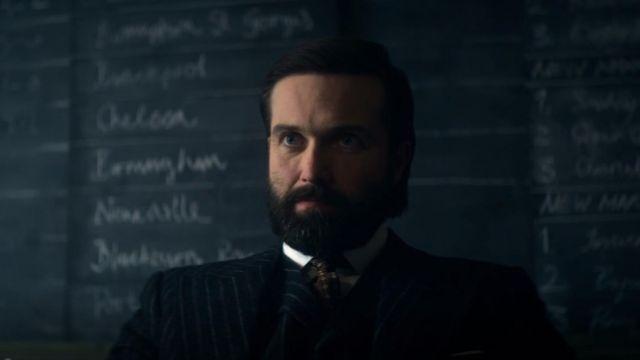 La cravate marron de Billy Grade (Emmett J. Scanlan) dans Peaky Blinders (S05E06)