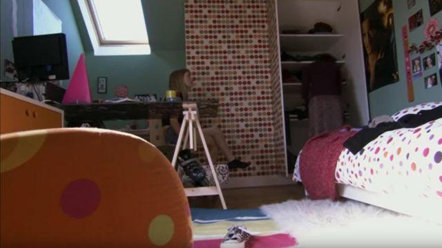 Le poster d'Orlando Bloom dans la chambre de Tiphaine Bouley (Alexandra Gentil) dans Fais pas ci, fais pas ça (S01E01)