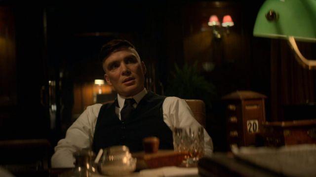 Le calendrier en bois dans le bureau de Tommy Shelby (Cillian Murphy) dans Peaky Blinders (S05E06)