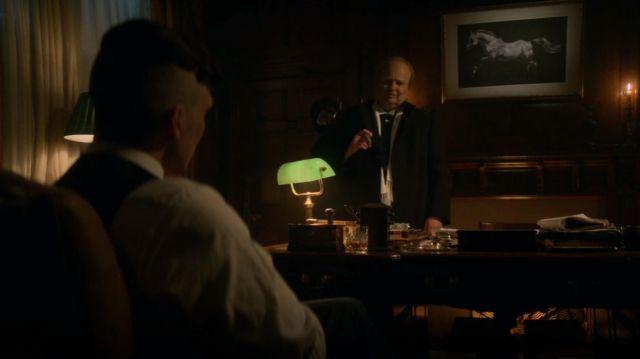 La lampe verte dans le bureau de Tommy Shelby (Cillian Murphy) dans Peaky Blinders (S05E06)