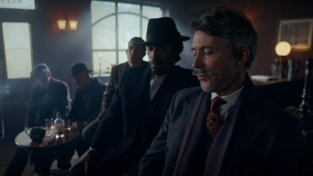 Le chapeau noir porté par Jeremiah Jesus (Benjamin Zephaniah) dans Peaky Blinders Saison 5 Episode 6