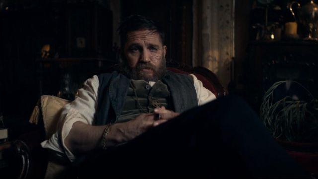 Le bracelet en métal de Alfie Solomons (Tom Hardy) dans Peaky Blinders (S05E06)