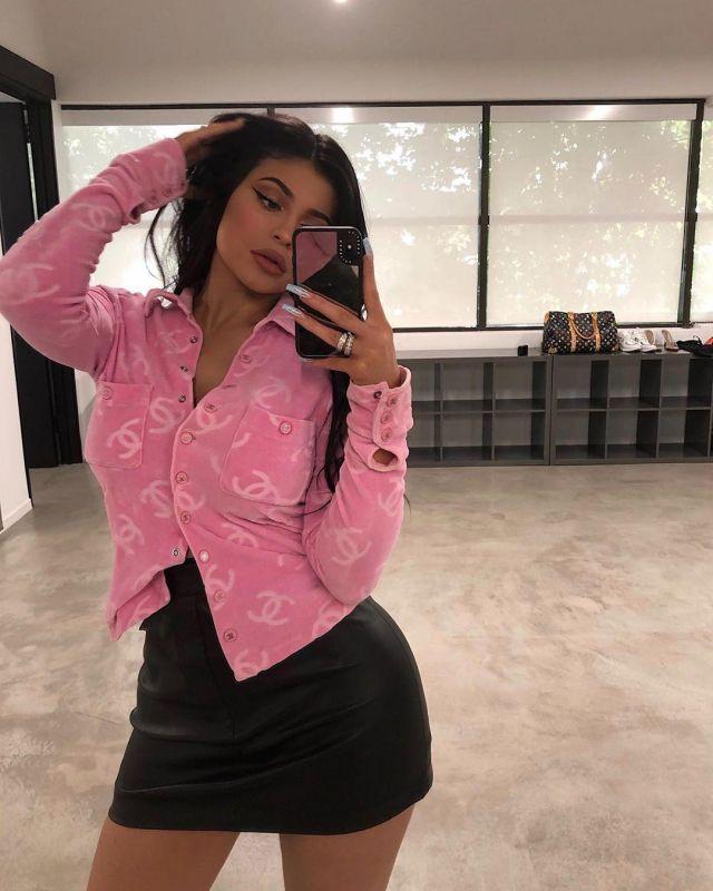 Chanel rose velours logo veste portée par Kylie Jenner sur Instagram @kyliejenner