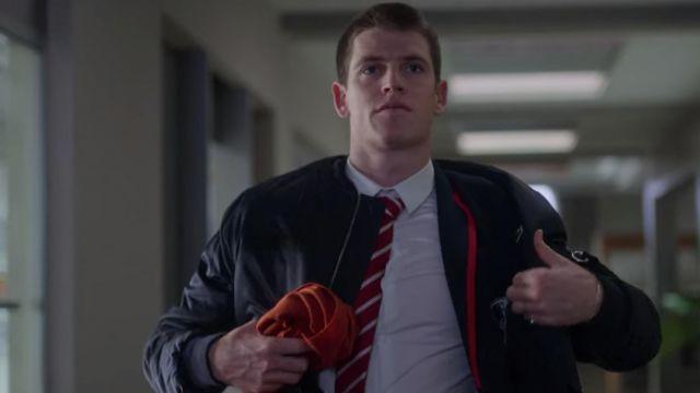 Le blouson Bomber Lacoste porté par Guzmàn (Miguel Bernardeau) dans la série Élite (S02E08)