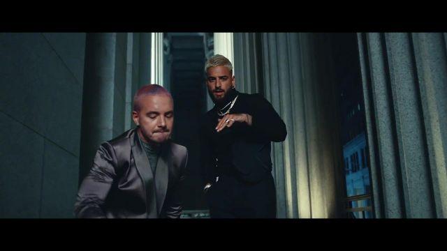 Veste de costume grise satiné portée par J Balvin dans le clip Maluma, J Balvin - Qué Pena (Official Video)