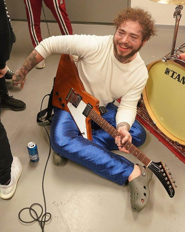 The crocs olives Post Malone on the account Instagram of @postmalone