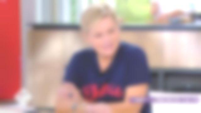Le tee shirt Chérie de Anne-Élisabeth Lemoine dans C à vous