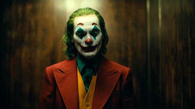 The disguise of Arthur Fleck (Joaquin Phoenix) in Joker