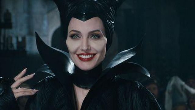 The headdress with the horns of Maleficent (Angelina Jolie) in ...