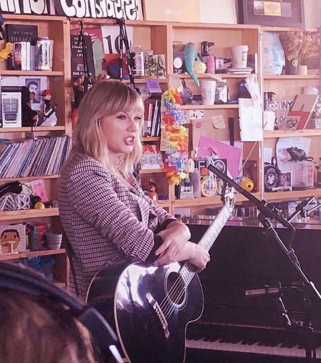 Cinq a sept estelle vérifier brodé blazer porté par Taylor Swift Npr Tiny Desk Concert le 10 octobre 2019