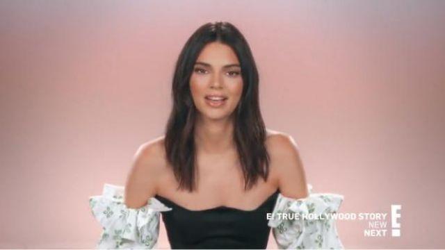 Paris géorgie noir à volants corsage imprimé crop top porté par Kendall Jenner en accord avec les Kardashians Saison 17 Épisode 5