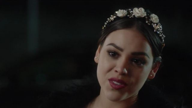 The headband with flowers Lu (Danna Paola) in Elite (S01E04)