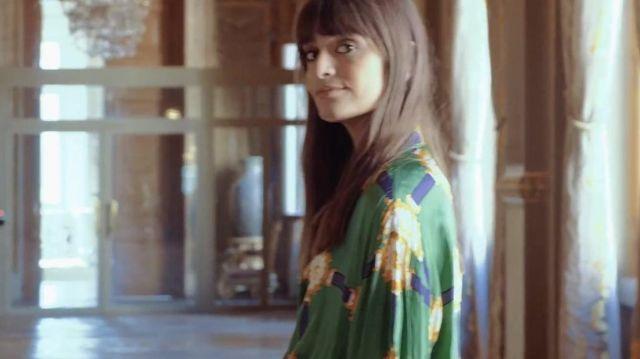 Chemise Gucci oversize verte, bleue et dorée portée par Clara Luciani dans Clara Luciani - Dors (Souvenirs de tournée)