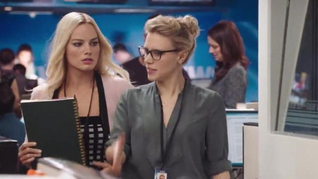 The blouse dark gray worn by a producer (Kate McKinnon) in Scandal