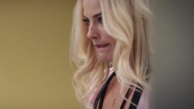 The necklace gold cross from Kayla Pospisil (Margot Robbie) in Scandal