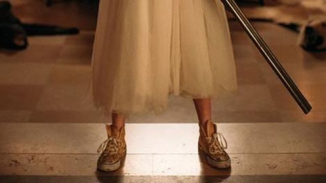 The pair of Converse yellow of Grace (Samara Weaving) in Wedding Nightmare