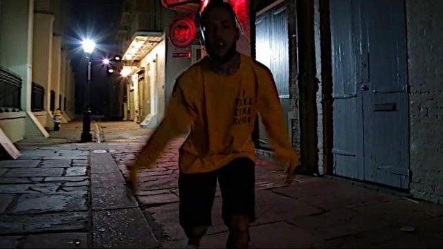 """Le pull jaune de Scott Arceneaux dans le clip """"Magazine"""" de $uicideBoy$"""