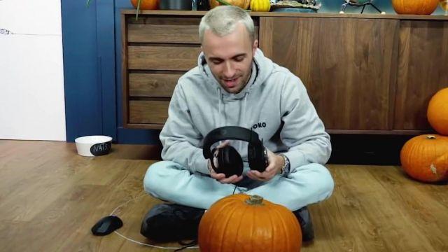 """La paire de Adidas Yeezy Boost 700 V2 'Vanta' portée par Squeezie dans sa video  """"C'était dangereux mais j'ai réussi"""""""