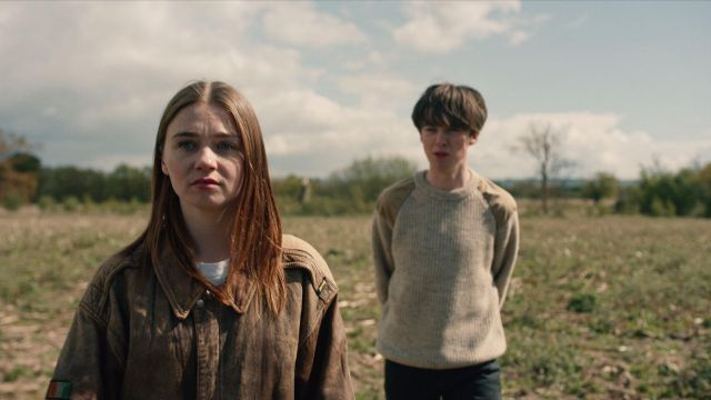 The leather jacket brown Alyssa (Jessica Barden) in The End of the F***ing World (S01E03)